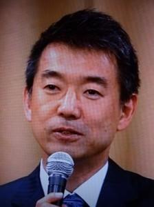 時折、笑顔を交え、スッキリしたように敗戦の弁を述べる橋下代表(大阪市内で)