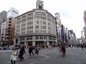 景気がいいという割には人通りがさみしい街並み(東京・銀座で)
