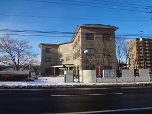 周囲でも目を引く建物だが、今は時間が止まったようにひっそりしている(北海道室蘭市の「はとやま会館」)
