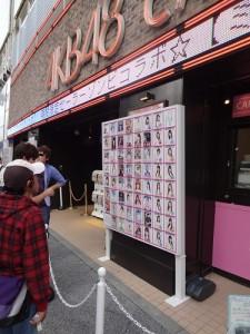 AKB48のCM量の激減はファンも気になるところ(東京・秋葉原のAKBショップ前で)