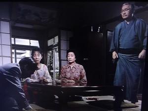 ドラマの理想の父親像は実生活でも理想通りだった。写真右が藤岡さん、左で土下座しているのが香川照之(TBSテレビから)