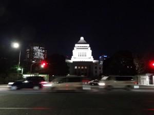 静かに夜を迎えた国会議事堂も、翌朝から慌ただしくなること必至だ