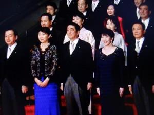 昨年の組閣時には女性初の総理の期待もあった小渕氏(前列写真㊧から2人目)だったが…