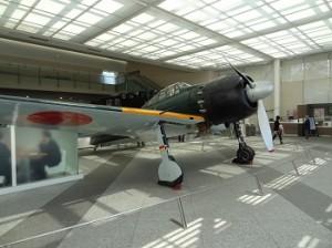 日本の技術力が結集してつくられたゼロ戦は、それを操縦する技術があって初めて真価が発揮された。しかし戦争は決して許されるものではない(東京・靖国神社内の「遊就館」)